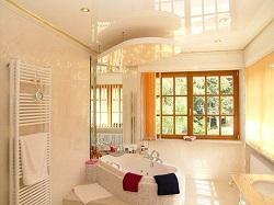 Bad mit Spanndecke und Beleuchtung